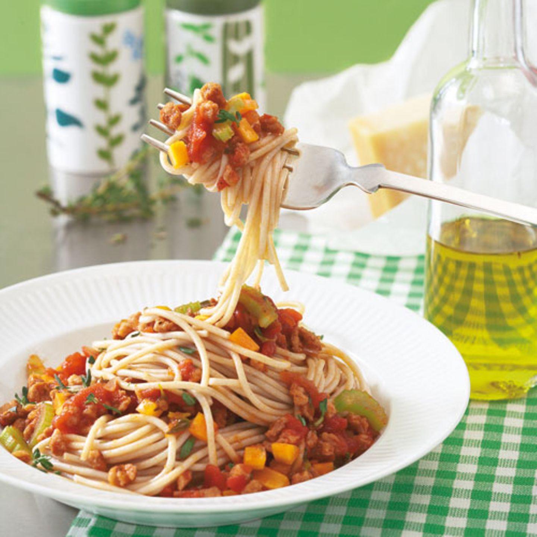 Der Klassiker ganz ohne Fleisch: Die vegetarische Bolognese wird mit Soja-Schnetzel gemacht. Wer für die Soße keinen Rotwein nehmen möchte, nimmt einfach Gemüsebrühe. Zum Rezept: Soja-Bolognese