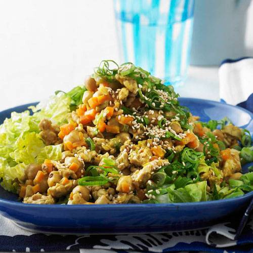 Orangen-Hack-Pfanne auf Salat