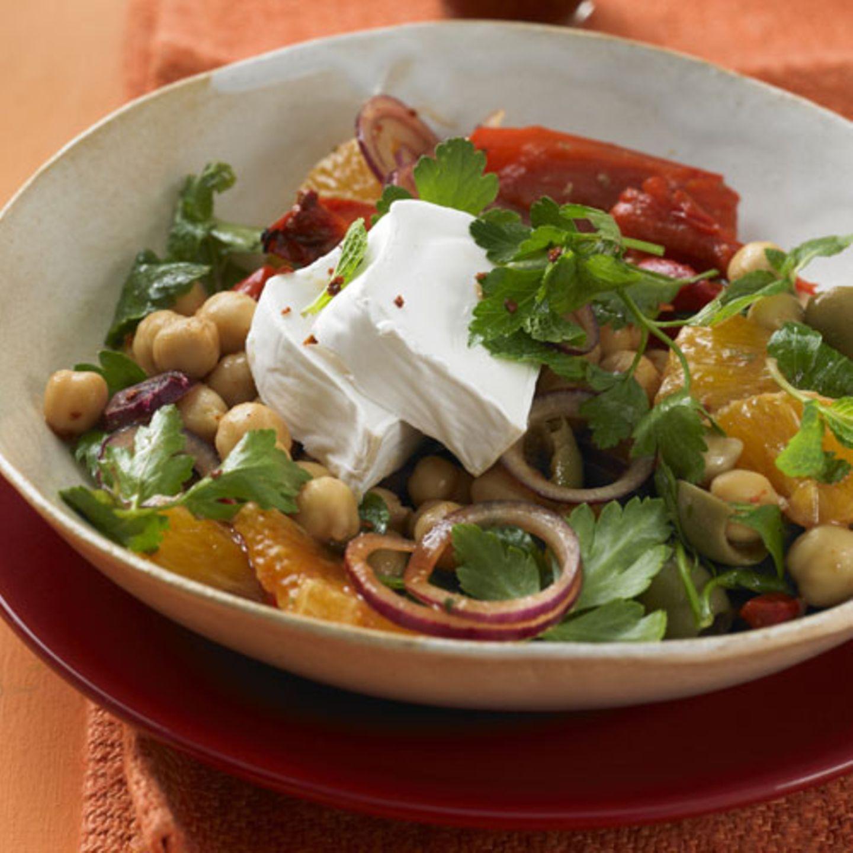 Abnehmen ohne Hungern: Iberischer Kichererbsensalat Fruchtig und würzig dank Orangen, Kumin, Oregano und Rosenpaprika. Obendrauf: cremiger Ziegenkäse. Das schmeckt auch Vegetarierinnen. Und das Beste: Der Salat ist ganz fix fertig. Zum Rezept: Iberischer Kichererbsensalat Abnehmen ohne Hungern - wie soll das gehen, wenn man sich nicht sattessen darf? Man darf. Und soll es auch. Es kommt dabei nur auf die richtigen Zutaten an. Unsere Rezepte enthalten Hülsenfrüchte. Das sind perfekte Sattmacher, die gleichzeitig wichtige Mineralstoffe wie Eisen, Kalzium und Magnesium liefern. Außerdem steckt viel pflanzliches Eiweiß darin sowie Ballaststoffe - und das sind beides Nährstoffe, die garantiert nachhaltig satt machen und Darm und Verdauung gut tun. Zwar enthalten Hülsenfrüchte wenig Fett, aber es stecken Kohlenhydrate drin, und ihr Eiweißanteil ist beachtlich. Deshalb sind sie nicht gerade kalorienarm. Macht aber nichts, denn Bohnen, Linsen oder Kichererbsen sättigen so gut, dass man nur eine Handvoll braucht, um sich ein perfektes Mittag- oder Abendessen zuzubereiten. Da sie weniger Kalorien als Nudeln, Reis und Co. haben, eignen sie sich außerdem als ideale Begleiter zu Salaten, Fisch und Fleisch. Auch Vegetarier und Veganer kommen bei unseren Rezepten nicht zu kurz: Ziegenkäse, Camembert, Tofu und vor allem Gemüse sorgen für Abwechslung, schmecken köstlich, machen satt und sind gut zur Figur. Frisches Gemüse spielt eine Hauptrolle in diesen leckeren Gerichten. Ob Spinat, rote Bete, Porree oder Paprika - sie alle bringen bunte Vielfalt und Aroma auf den Teller. Und werden dabei kräftig unterstützt von den verschiedenen Gewürzen. Ein weitere Plus: Die meisten Rezepte sind in weniger als 30 Minuten zubereitet. Guten Appetit!