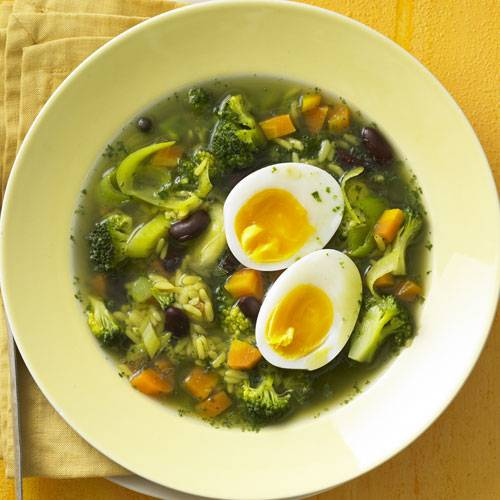 Diese Suppe ist ruckzuck gemacht und dazu noch vegetarisch und kalorienarm! Aber auch ohne Fleisch vermisst man hier nichts, sondern das Gericht wird durch das zahlreiche Gemüse und die Eier zu einer vollwertigen Mahlzeit. Zum Rezept: Reis-Gemüsesuppe mit Ei