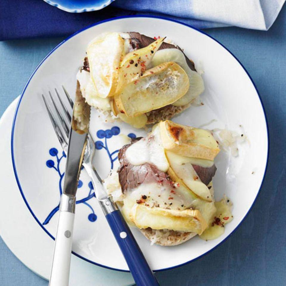 Vor lauter Belag ist kaum das Brötchen zu erkennen. Genau richtig! Lieber sparsam beim Drunter sein und stattdessen viel drauflegen - so wird's ein idales Low-Carb-Brot. Hier mit Sauerkraut, Roastbeef, Birne und überbacken mit Limburger Käse.Zum Rezept: Limburger Birnen-Toast
