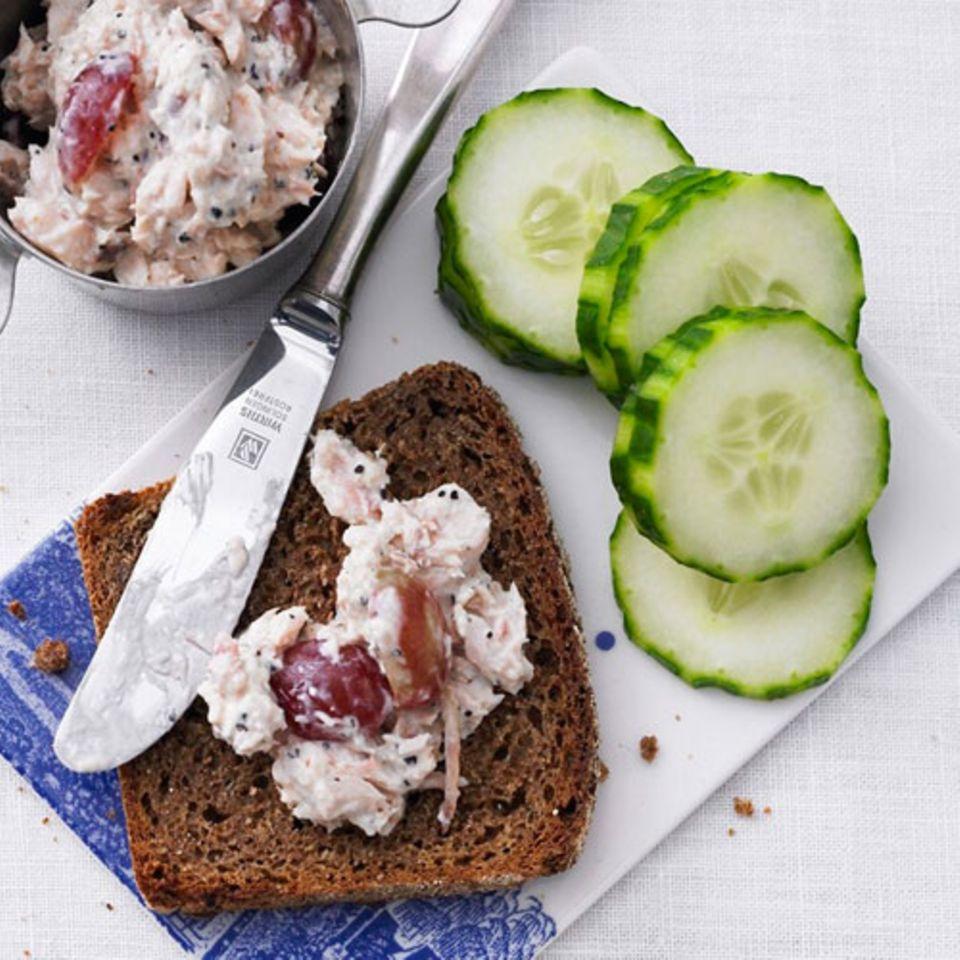 Man sieht es nicht, aber diese Schnitte ist ein ausgewachsenes Mittag- oder Abendessen. Dafür sorgen eingelegte Makrelenfilets, Frischkäse, Salatgurke, Radieschen und Weintrauben.Zum Rezept: Bruschetta mit Makrelenaufstrich