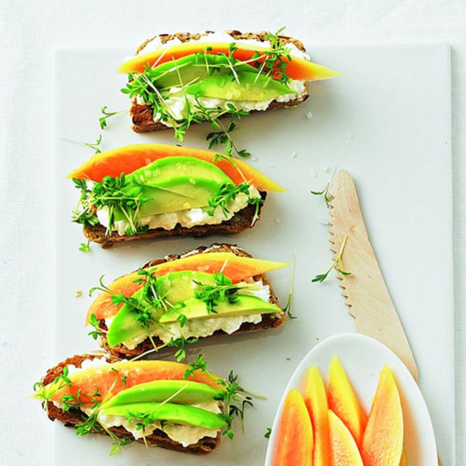 Ein super Low-Carb-Brot für alle, die es herzhaft und süß mögen: Papaya mit Avocado und körnigem Frischkäse auf Vollkornbrötchen. Das wird einfach in fünf Scheiben geschnitten - so hat man mehr davon. Denn der Belag sorgt für die Sättigung - und nicht der Brötchenteig.Zum Rezept: Crostini mit Avocado und Papaya    Mehr Rezepte mit Avocado: Figurwunder Avocado - cremig, köstlich, gut
