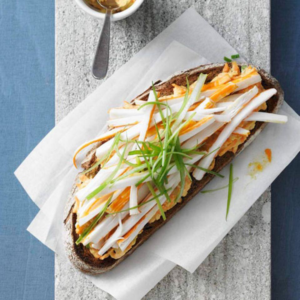 Ein Essen für zwei: Surimistreifen auf cremig-scharfem Aufstrich. Der besteht aus Möhre, Lauchzwiebel, Erdmandelflocken, Salatcreme und Meerrettich. Drunter: eine Scheibe Weizenvollkornbrot. Damit die Arbeit sich lohnt, wird gleich die doppelte Menge Aufstrich zubereitet - für das zweite Brot.Zum Rezept: Seafood-Bruschetta