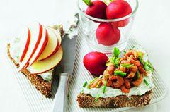 Das geht ganz fix: Brot mit Kräuterquark bestreichen, halbieren und eine Hälfte mit Nordsee-Garnelen, die andere mit Apfelspalten belegen. Dazu: Radieschen.Zum Rezept: Quarkbrot Land und Meer