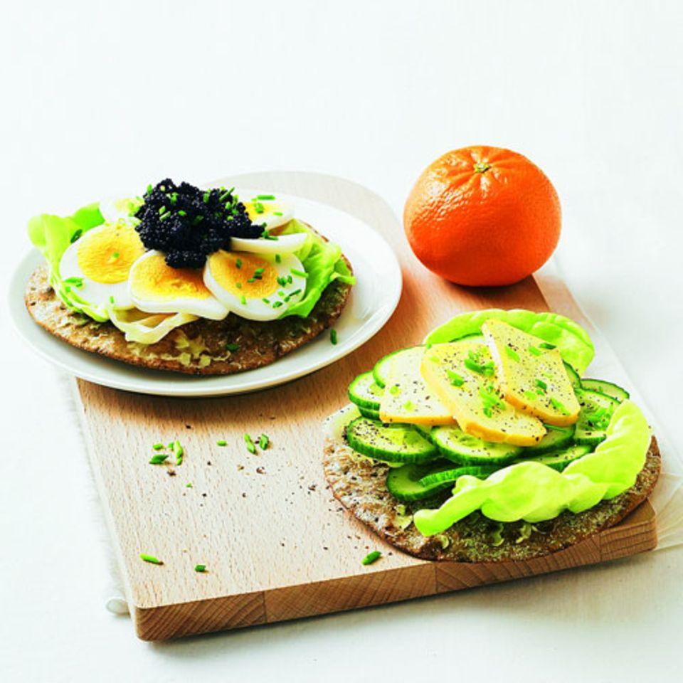 Knäckebrot eignet sich gut für Low-Carb-Varianten, denn es ist von Haus aus dünn. Diese beiden Brote schmecken zum Beispiel morgens: eins mit Ei und Kaviar belegt, das andere mit Salatgurke und Käse. Salatblätter dazwischen sind nie verkehrt.Zum Rezept: Energieschnitten