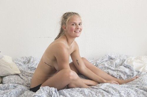 """Revenge Porn: """"Wissen deine Eltern, dass du eine Schlampe bist?"""" Stellen Sie sich vor, Sie öffnen Ihr E-Mail-Postfach und ein unbekannter Mann stellt Ihnen diese Frage. Und nicht nur er - Sie haben unzählige Nachrichten von Männern, die Ihren nackten Körper beurteilen. Der Dänin Emma Holten ist das passiert. Sie wurde ein Opfer von """"Revenge Porn"""" - einem """"Racheporno"""".     Ein Ex-Freund, der ihr schaden wollte, hatte Nacktbilder von ihr plus ihre E-Mail-Adresse in sozialen Netzwerken hochgeladen. Sie zeigen sie als 17-Jährige in seinem Zimmer. Ganz sicher waren sie nicht für die Öffentlichkeit bestimmt. Doch nun konnten sie Männer weltweit sehen - und das taten sie auch. Emma Holten, die damals noch zur Schule ging, beschreibt es auf der feministischen Website Hysteria: """"Teenager, Uni-Studenten, Familienväter - was sie alle gemeinsam hatten, war die Tatsache, dass sie Männer waren. Sie wussten, dass diese Bilder gegen meinen Willen im Netz stehen. Als ich bemerkte, dass sie meine Erniedrigung erregte, fühlte sich das wie eine Schlinge um meinen Hals an.""""    Emma Holten stand unter Schock. Doch sie wollte kein Opfer bleiben und ihrem Ex-Freund so viel Macht über ihr Leben lassen. Sie entschied sich, zusammen mit der Fotografin Cecilie Bødker, ästhetische Aktfotos von sich shooten zu lassen. Nun konnte die Öffentlichkeit sie zwar wieder nackt sehen, aber sie bestimmte die Regeln. Sie wurde wieder zum selbstbestimmten Subjekt."""
