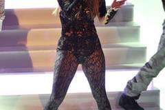 """Vielleicht wollte sich Sängerin Jennifer Lopez an den """"Dresscode"""" der Sendung anpassen. Vielleicht gefiel ihr das transparente Spitzenoutfit aber auch."""
