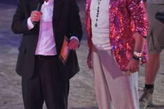 """Gottschalks Vorgänger bei """"Wetten, dass ...?"""": Frank Elstner. Wie dieses Bild zeigt, überbot Gottschalk ihn in Sachen skurrile Outfits um Längen."""