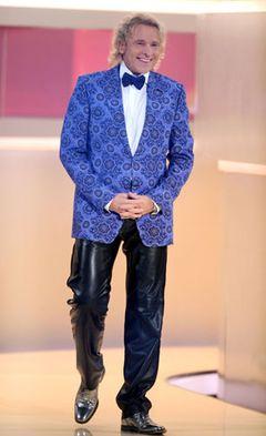 """Niemand ist im öffentlichen Bewusstsein so mit """"Wetten, dass ...?"""" verbunden wie Thomas Gottschalk. Von 1987 bis Dezember 2011 moderierte er die ZDF-Sendung (eine kurze Unterbrechung gab es 1992 bis 1993, als Wolfgang Lippert kurzzeitig Wett-Moderator wurde) – und machte seine schrägen Show-Outfits ebenso zu seinem persönlichen Markenzeichen wie zu dem der Sendung."""