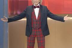 Thomas Gottschalk in einem typischen TV-Outfit. Eine Hommage an die Looks alter Showmaster, die gern in grell bunten, gemusterten Anzügen auftraten (karierte Anzüge waren besonders beliebt).