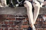 Biker-Stiefel Boots mit Kette aus Ziegenleder: Lloyd, ca. 230 Euro. Jeans: DL1961, ca. 190 Euro. Flache Schuhe aus Kalbsleder: Vic, ca. 280 Euro. Nudefarbene Velours-Lederhose: Luisa Cerano, ca. 700 Euro. Karierter Mantel: Steffen Schraut, ca. 700 Euro.