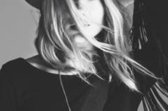 Ganz im Sinne der Kollektion konnte H&M als Kampagnenmodel die britische Musikerin Florrie gewinnen, die nicht nur singt, sondern auch am Schlagzeug sitzt.
