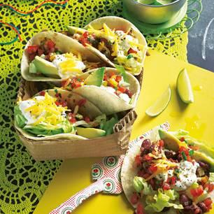 So was wie der mexikanische Döner: Fladenbrot mit richtig was drin ? hier in unserer großartigen Veggie-Version. Zum Rezept: Tacos