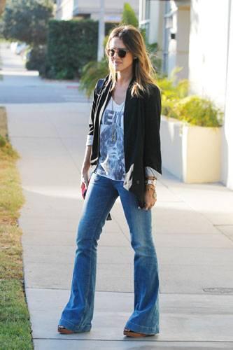Die Schauspielerin Jessica Alba kombiniert ihre Schlaghose zu einem lässigen Mix aus Plateau-Sandalen, Print-Shirt und Blazer.