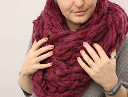 Einen Schal mit den Armen stricken