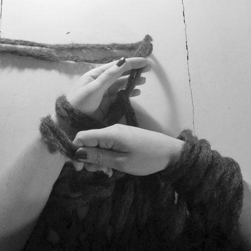 Arm-Knitting: So schnell bekommst du einen Loop-Schal hin, den du zwei Mal um den Hals wickeln kannst - mehr empfiehlt sich schon allein wegen des Volumens nicht. So schnell hast du garantiert noch nie einen Schal gestrickt!
