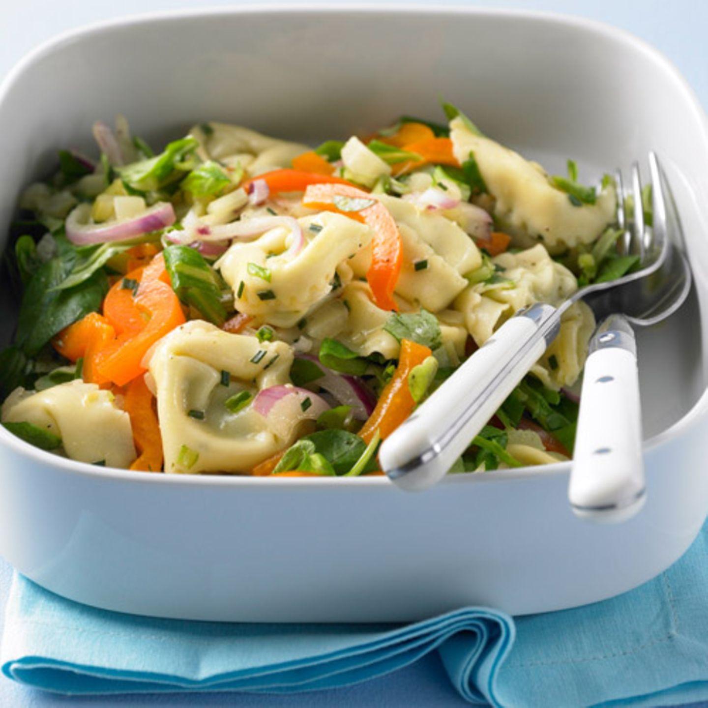 Tortelloni schmecken nicht nur mit Nudelsauce - sondern auch im Salat mit Fenchel, Paprika und Feldsalat. Zum Rezept: Bunter Tortelloni-Salat
