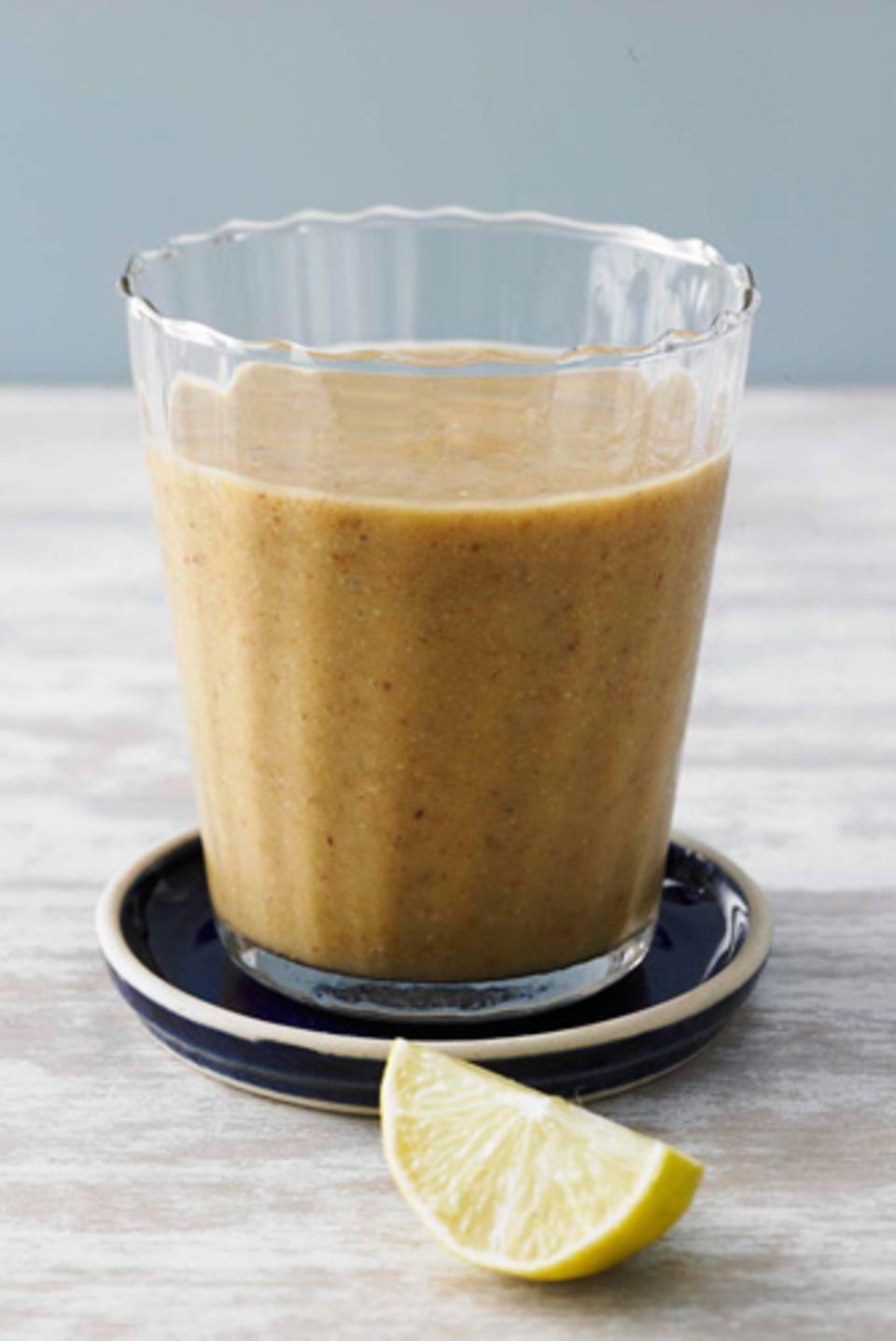 Veganer Mix: Hier kommen Mango, getrocknete Feigen, Erdmandelflocken, Mandel- oder Haselnussmilch und Zitronensaft ins Rotieren. Ein Glas deckt gut ein Viertel der täglich empfohlenen Ballaststoffzufuhr von 30 Gramm. Zum Rezept: Mandel-Mango-Smoothie