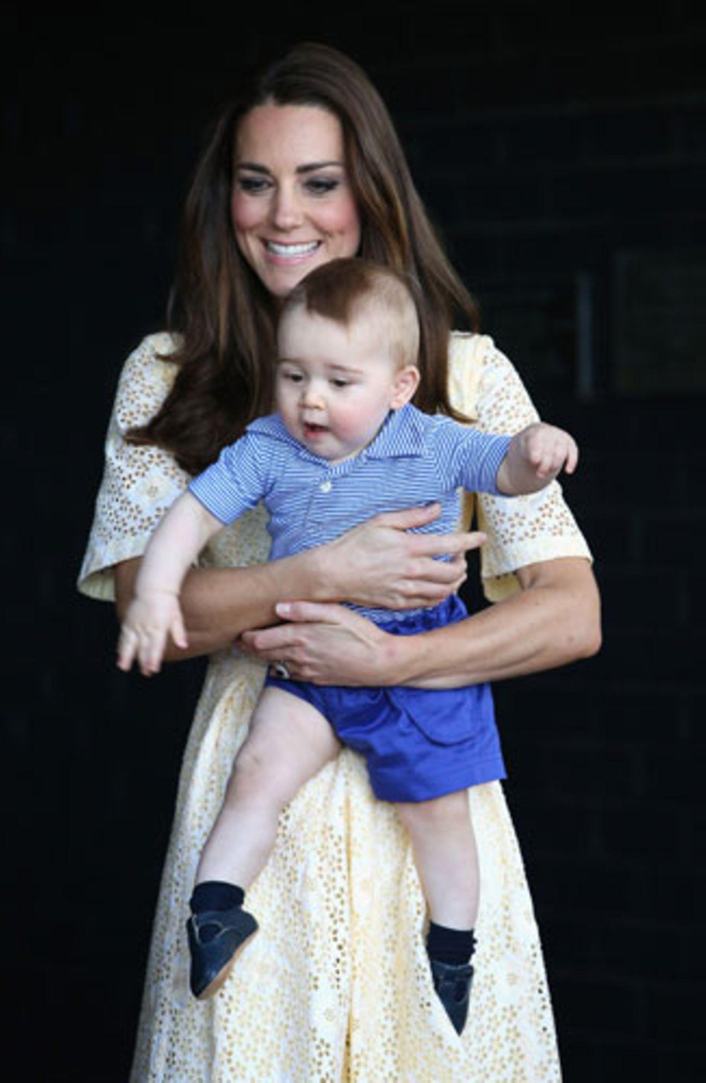 Sie werden so schnell groß. Englands Royal Baby, das am 22. Juli 2013 geboren wurde, ist schon über ein Jahr alt. Alt genug, um sportlich elegante Kombinationen aus kleinen Ringelhemden und blauen Hosen zu tragen. Der Online-Shop My1stYears.com kürte George jetzt zum bestangezogenen Baby 2014.