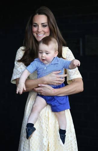 Royals: Sie werden so schnell groß. Englands Royal Baby, das am 22. Juli 2013 geboren wurde, ist schon über ein Jahr alt. Alt genug, um sportlich elegante Kombinationen aus kleinen Ringelhemden und blauen Hosen zu tragen. Der Online-Shop My1stYears.com kürte George jetzt zum bestangezogenen Baby 2014.
