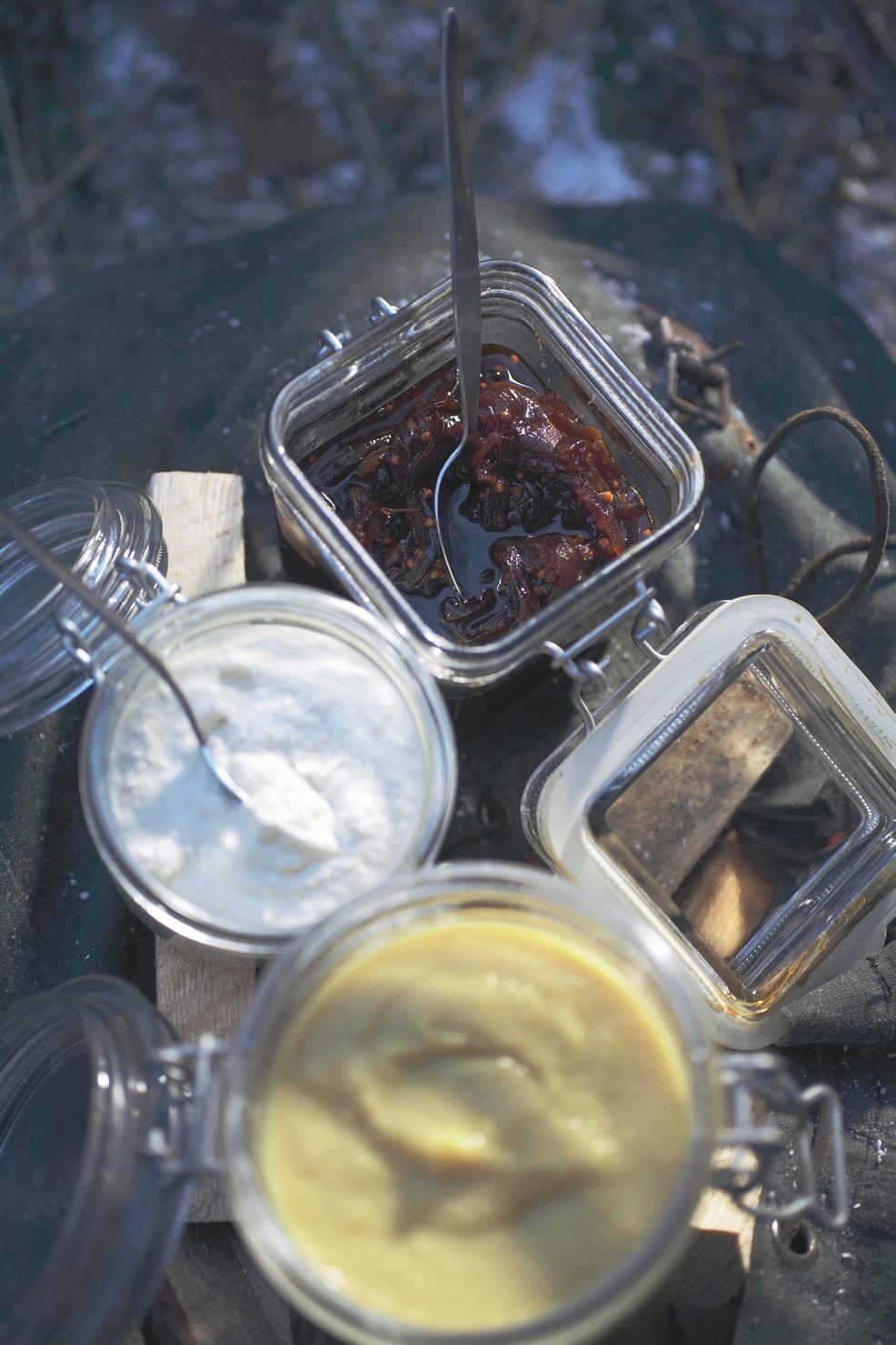 Das Zwiebel-Chutney hält sich mehrere Wochen und lässt sich in einem Schraubglas oder gut transportieren - perfekt für winterliche Grillpartys. Zum Rezept: Zwiebel-Chutney