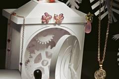 1 Goldkette mit Herzen aus synthetischen Rubinen: Dodo, ca. 1500 Euro. 2 Roségold-Ohrclip mit Saphiren und Diamanten: Cada, ca. 4650 Euro. 3 Cocktailring aus rosévergoldetem Silber mit Rochenleder, Citrinen und einem Karneol: A Cuckoo Moment, ca. 715 Euro. 4 Goldener Ohrstecker, erweiterbar mit einem Rosenquarz-Einhänger: Brahmfeld & Gudruf, ca. 1550 Euro. 5 Kette aus roségoldplattiertem Edelstahl mit Schlüsselanhänger: Leonardo, ca. 90 Euro. 6 Ohrclips aus Roségold mit Korall- und Ebenholz-Pampeln: Wilm, ca. 3430 Euro.