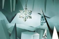 1 Schneeflockenkette mit weißen Strasssteinen: Bijou Brigitte, ca. 8 Euro. 2 Ohrhänger aus rhodiniertem Silber, besetzt mit Aquamarinen: Noën, ca. 480 Euro.