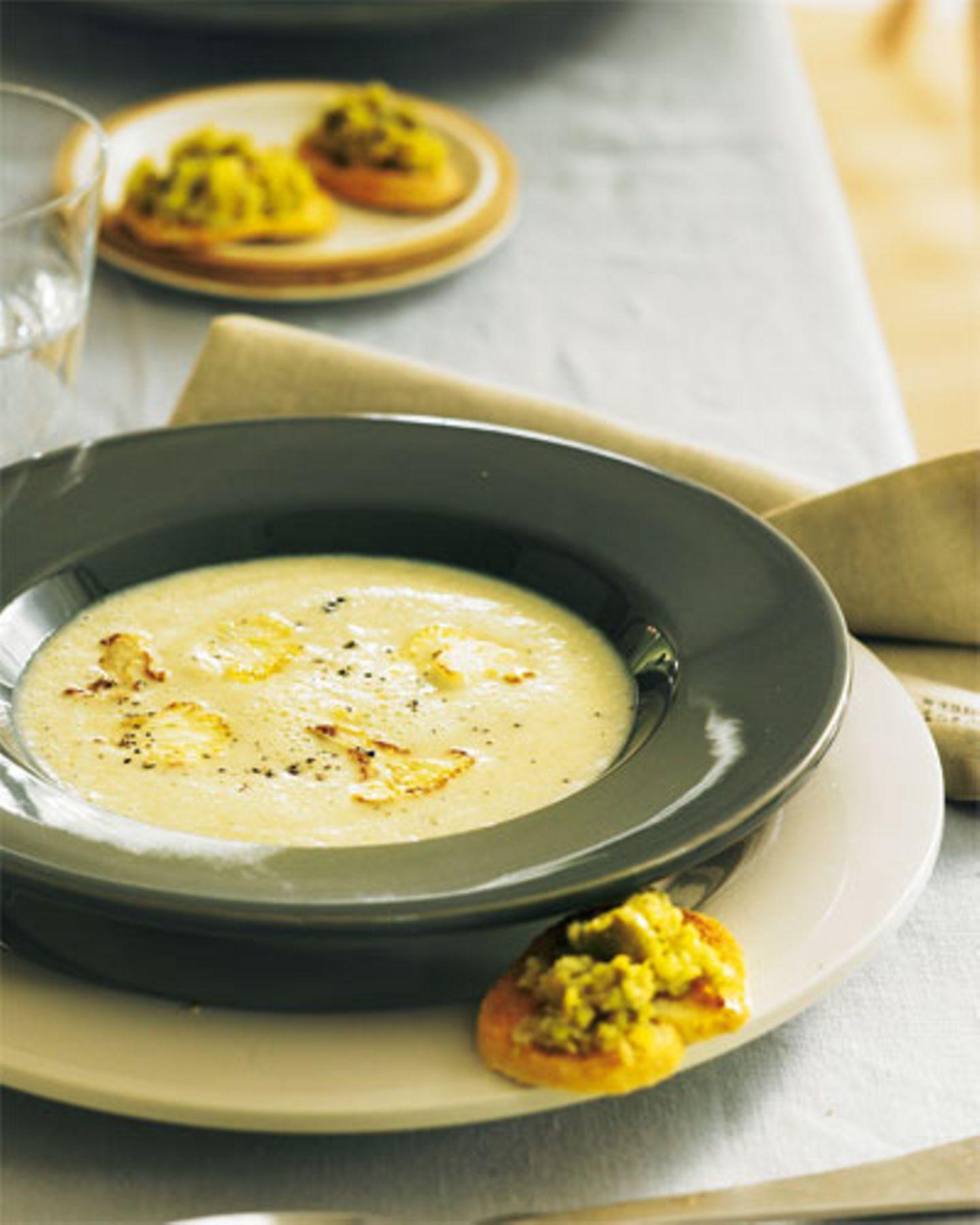 Blumenkohlsuppe und Oliven-Crostini