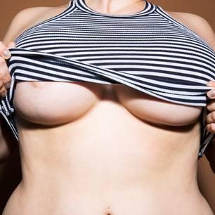Die plastische Operation auf obwisschuju die Brust