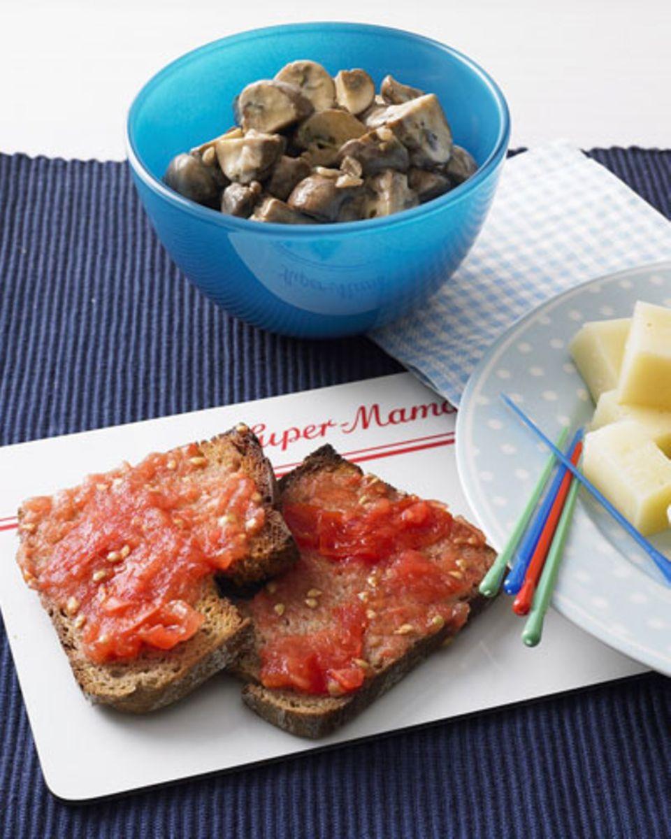 Die Blitz-Tapas haben ihren Namen aus gleich zwei Gründen verdient: Erstens, weil Tomatenbrot, Creme-Pilze und Käsehäppchen in einer halben Stunde auf dem Tisch stehen. Und zweitens, weil sie garantiert blitzartig weggefuttert sind. Zum Rezept: Blitz-Tapas
