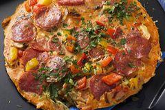 Zum Abendbrot wird's herzhaft: Paprikaschoten, feurige Chorizo und die mediterrane Paprikapaste Ajvar würzen die Tortilla. Gelingt auch ganz unkompliziert im Ofen! Zum Rezept: Paprika-Tortilla
