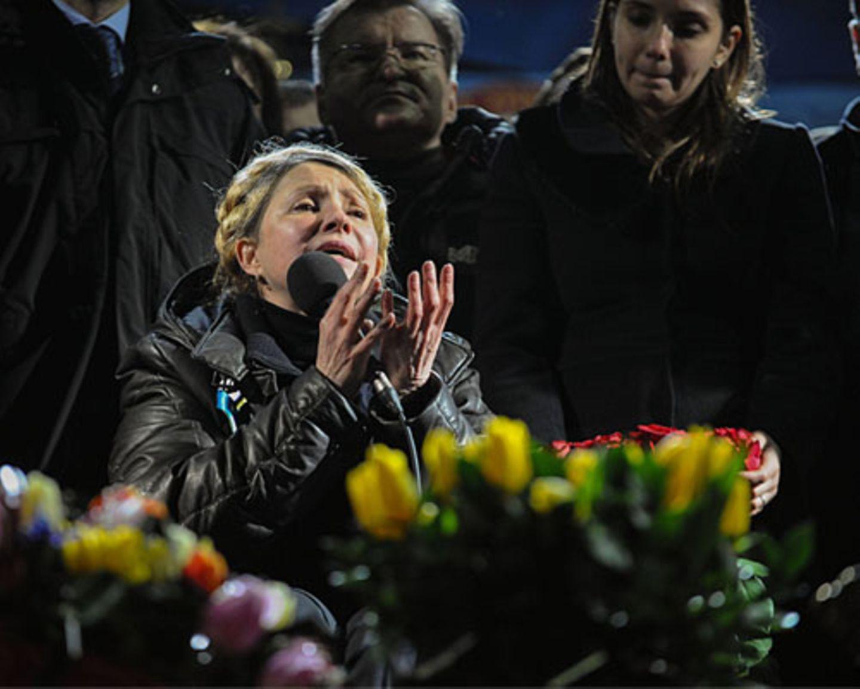 Julija Timoschenko spricht am 22. Februar 2014 auf dem Maidan-Platz in Kiew. Die ehemalige Regierungschefin war von ihrem Nachfolger zu sieben Jahren Haft verurteilt worden. Jetzt ist sie wieder da - und sofort verblassen die anderen Oppositionsführer neben ihr. Noch ist unklar, welche Rolle sie in der neuen Regierung übernehmen will, aber sie platziert ihre Anhänger bereits in Schlüsselpositionen. Dabei ist Julija Timonschenko umstritten, auch im eigenen Land. Ein Rückblick auf ihre Karriere.