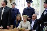 Julija Timoschenko, ihre Tochter Jewgenia und ihr Mann Alexander bei der Verkündung des Urteils 2011: Die Politikerin wurde zu einer siebenjährigen Gefängnisstrafe verurteilt. Sie soll während ihrer Amtszeit im Jahre 2009 mit Russland Verträge über die Lieferung von Erdgas zum Nachteil der Ukraine abgeschlossen haben. Dadurch sei für die Ukraine ein Schaden von umgerechnet rund 137 Millionen Euro entstanden.