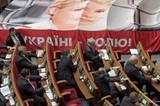 Aus Protest gegen die Behandlung von Timoschenko haben ihre Anhänger im Dezember 2011 im Parlament ihr Bild entrollt.