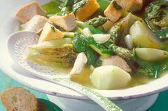 Der Frühling passt in einen Topf - dieser Eintopf mit grünem Spargel, Zuckerschoten, Putenbrust, Kohlrabi und Salat beweist es. Zum Rezept: Frühlingseintopf mit Koriander-Pesto