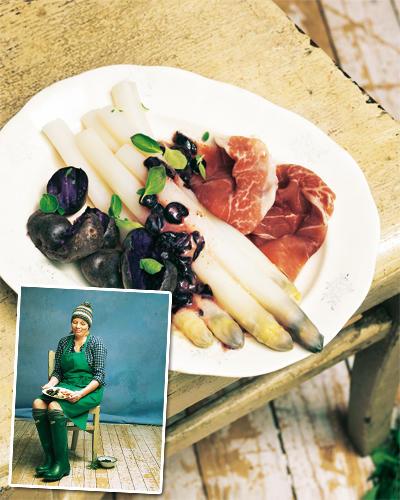Lila Spargel mit Heidelbeer-Vinaigrette