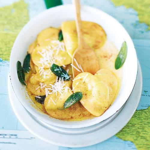Ravioli sind der Teigtaschen-Klassiker schlechthin. Besonders hübsch werden sie, wenn Sie die Ausstecherform passend zum Anlass des Essens wählen. Wie wär's mit Herz-Ravioli für den Liebsten? Zum Rezept: Ravioli mit Spinat und Käse