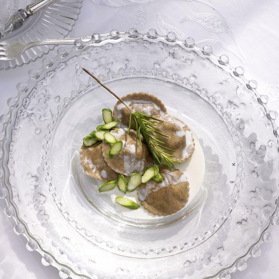 Nudeln mit Spargel: Vollkorn-Ravioli mit Spargel und Sahnesoße