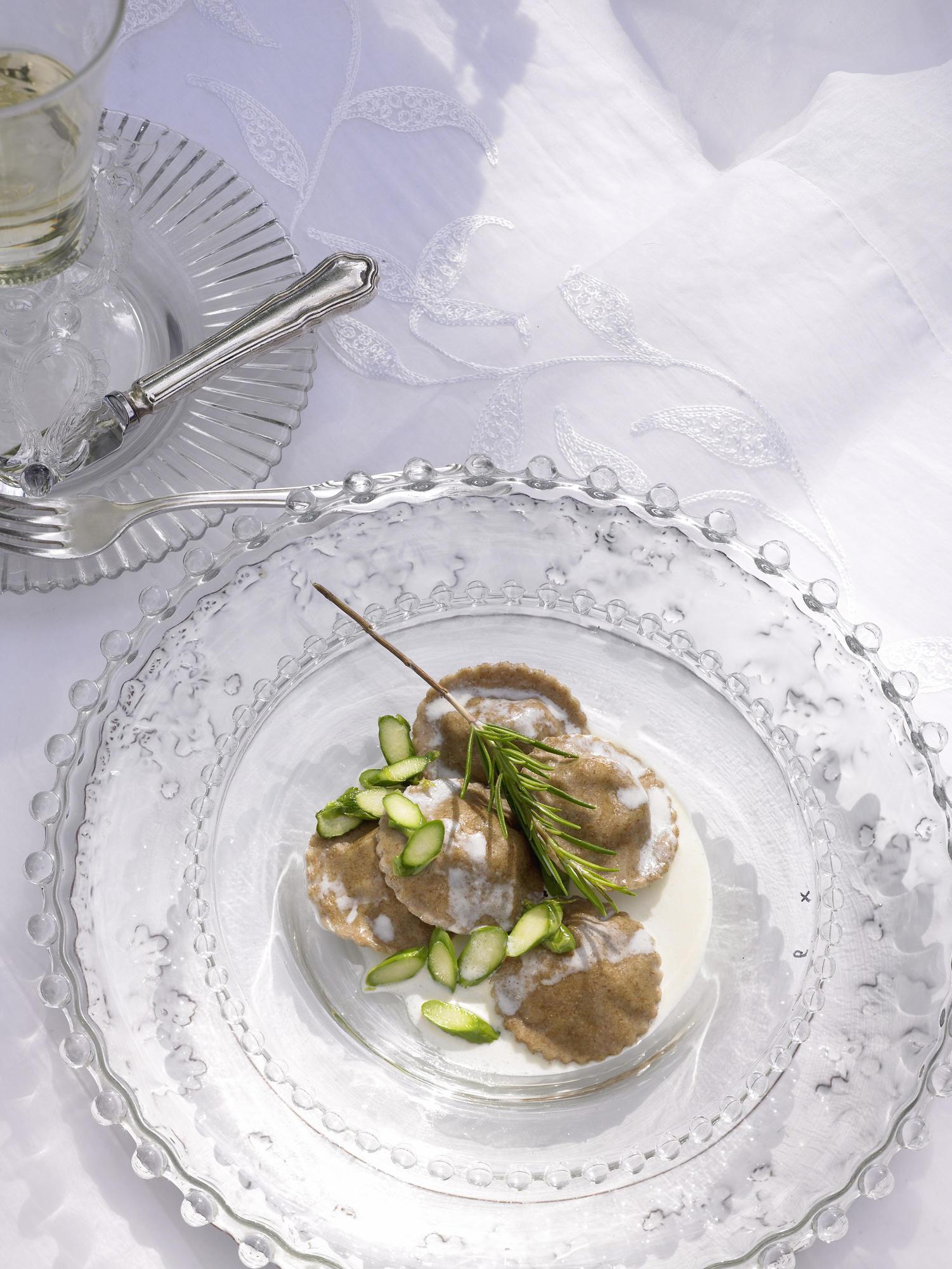 Vollkorn-Ravioli mit Spargel und Sahnesoße
