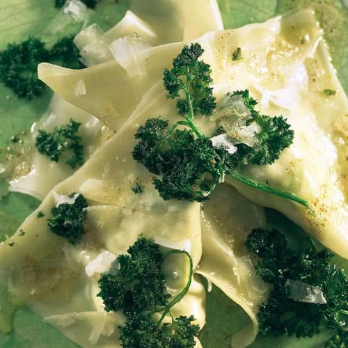 Dank fertigem Wan-Tan-Teig sind die Ravioli mit Lauchzwiebel-Ziegenfrischkäse-Füllung schnell fertig. Frittierte Petersilie rundet das Gericht ab. Zum Rezept: Ziegenkäse-Ravioli