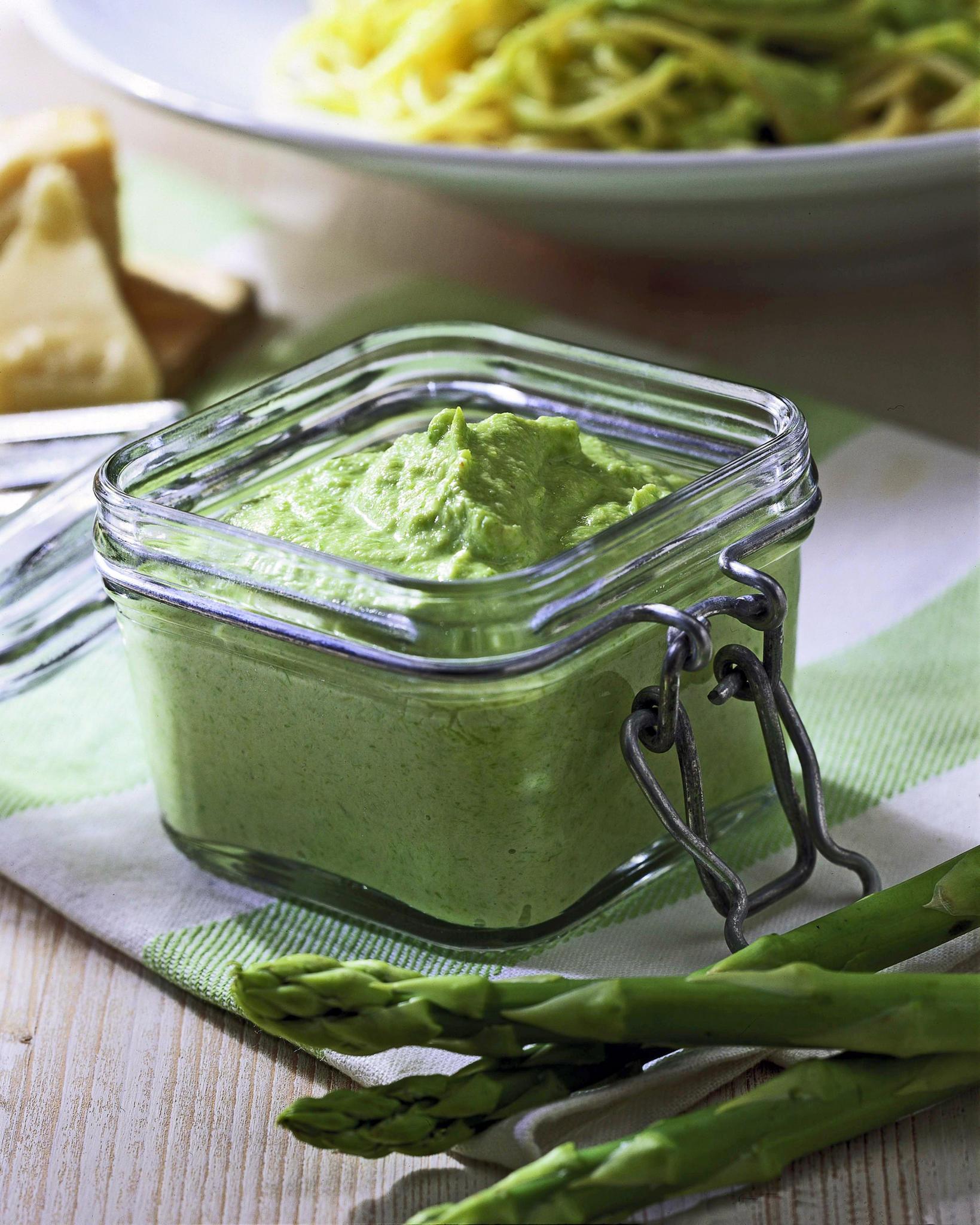 Nudeln mit Spargel: Spargelpesto aus grünem Spargel