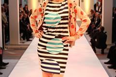 Stefanies Styling ist eine runde Sache: Zum gemusterten Kleid von Luisa Cerano trägt sie eine Jacke von Nymph. Brille: Fielmann. Sandalen: Repetto.