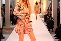 Lisa-Marie trägt zur kurzen Blümchenshorts von Rosemunde eine bunte Bluse von Pringle of Scotland. Tasche: Basler. Brille: Fielmann. Pumps: Asos.