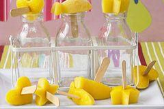 Wenn ihr eine Mango schälen und eine Flasche Orangensaft öffnen können, dann gelingt euch auch dieses Eis. Besonders süß sieht's aus, wenn ihr die Eismasse in Eiswürfel-Behältern in vielen verschiedenen Formen einfriert. Zum Rezept: Mango-Eis am Stiel