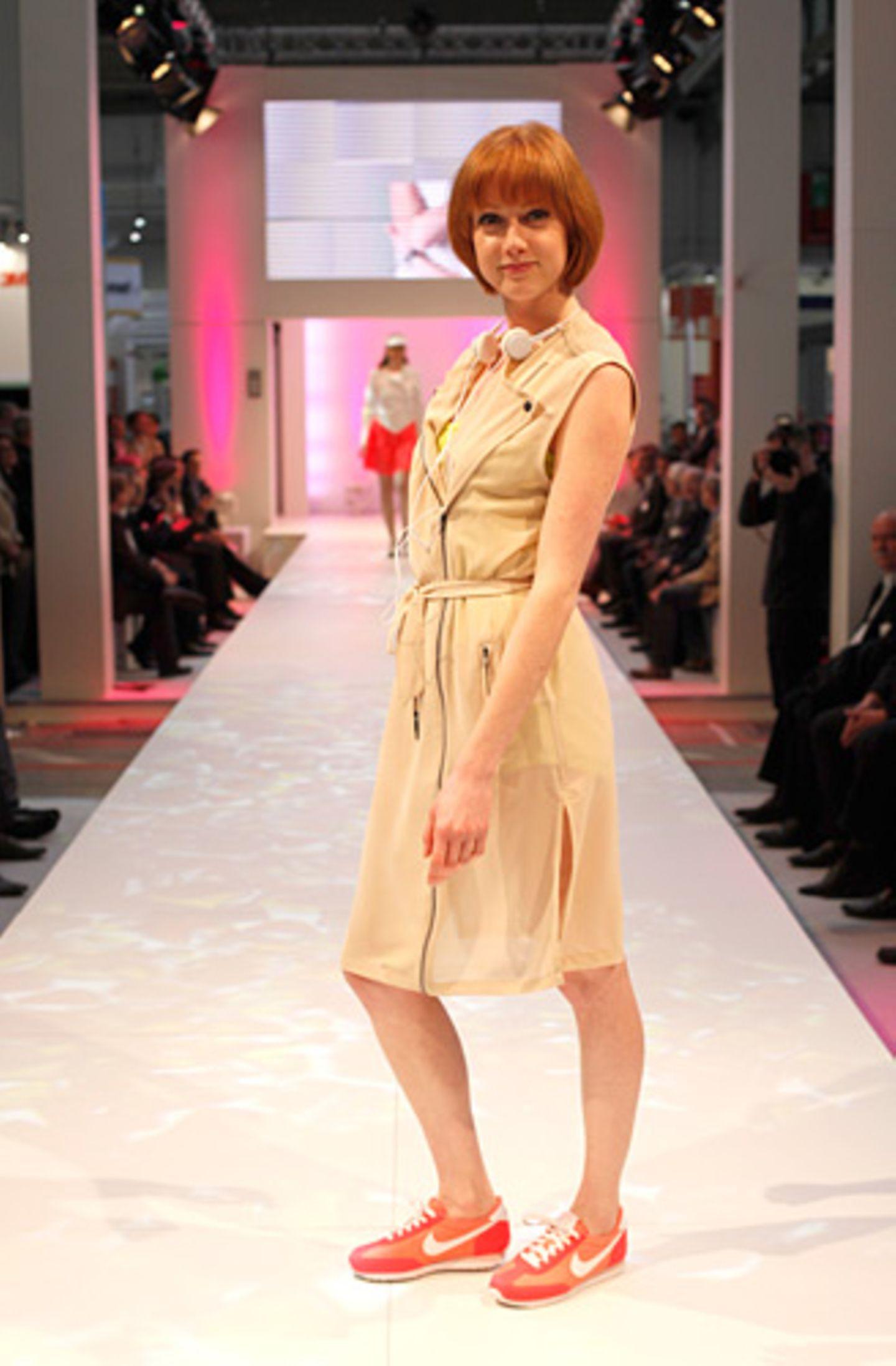 Patricias ärmelloses Hemdblusenkleid ist von Nowhere. Darunter trägt sie ein Top von 82 hours. Kopfhörer: Urban Ears. Schuhe: Nike.