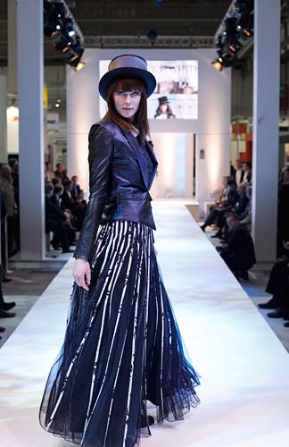 Marlene trägt eine Lederjacke von Guess. Das lange Kleid ist von JS Group gesehen bei TK Maxx. Bluse: Vero Moda. Schuhe: Görtz. Hut: privat.