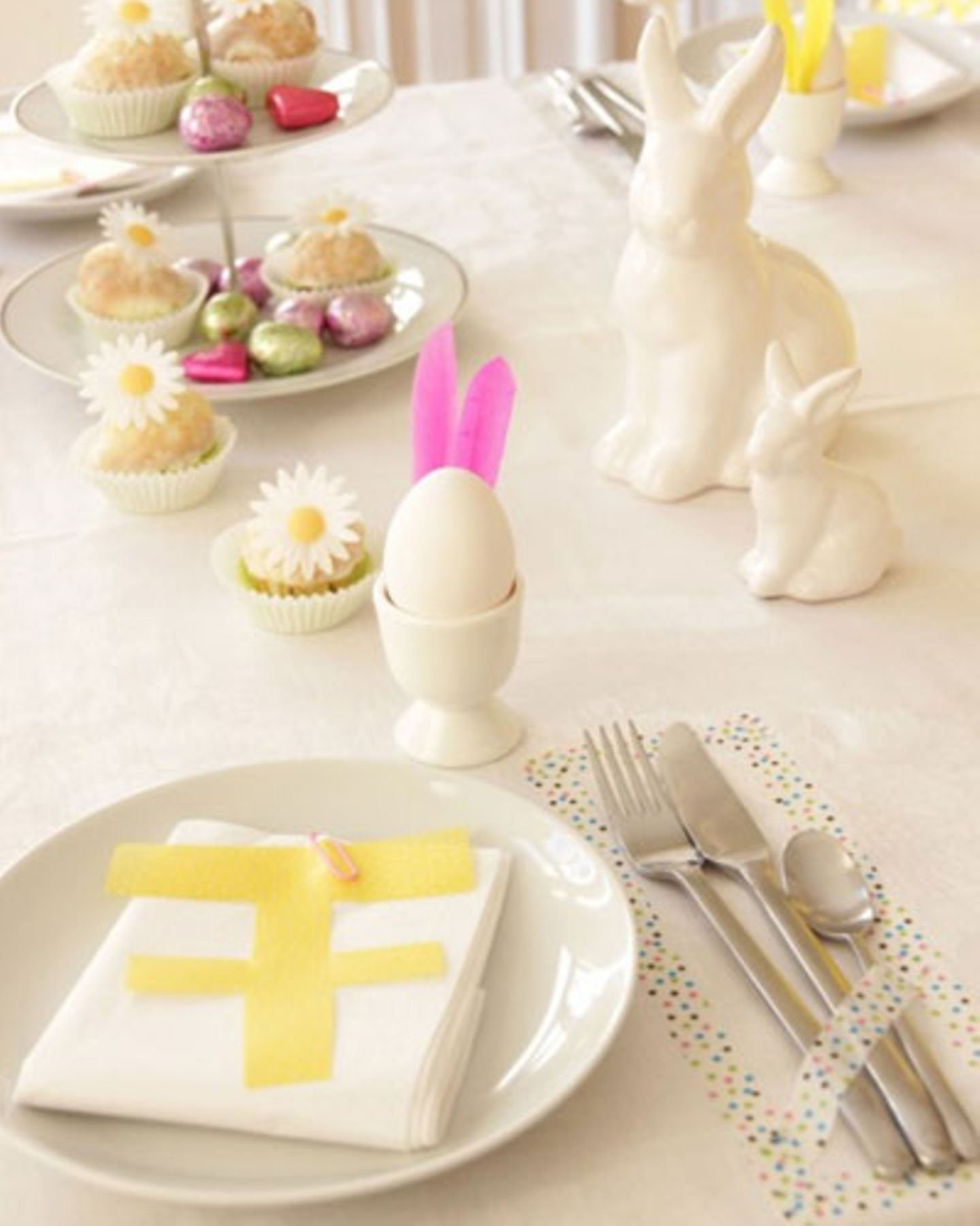 Osterdeko selber machen: Tischdeko mit Ostereiern