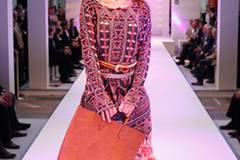 Sybille in einer Tunika von Antik Batik. Die Hose ist von Coje, die Gürtel von Royal Blush und Custo. Tasche: Marc O'Polo. Schuhe: Geox.