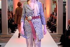 Zur glänzenden Hose von Tibi trägt Theresa einen gemusterten Mantel von Cos. Bluse: Paul & Joe. Gürtel: Buckle Up. Schuhe: Stuart Weitzman.